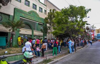Ciudadanos haciendo fila para ingresar a sede de la Registraduría en Barranquilla.