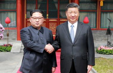 """La histórica visita de Kim Jong Un (izq.) """"no oficial"""", y que fue recibido por el presidente Xi Jinping."""
