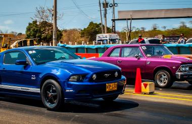 El Ford Mustang de Hugo Yin (i) versus el Chevelle de Edgardo Gutiérrez