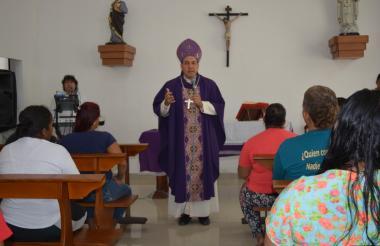 Monseñor Pablo Salas Anteliz, en su visita de este miércoles en el Buen Pastor.