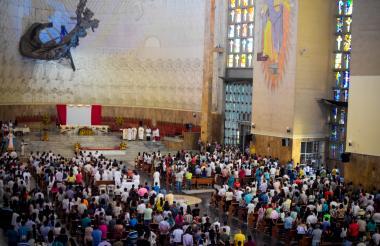 Fieles durante eucaristía en la Catedral.