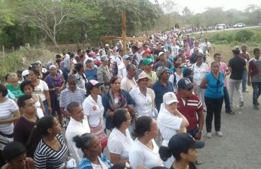 Cientos de feligreses acompañaron el recorrido de siete kilómetros hasta la finca El Palmar.