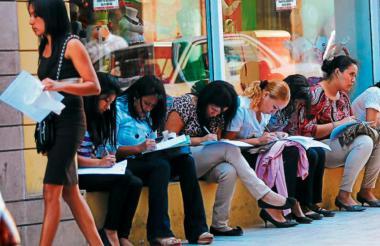 Mujeres llenando formularios para solicitar empleo.