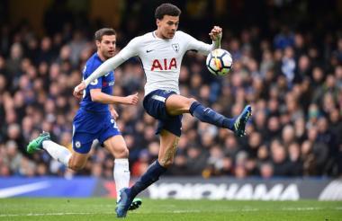 Dele Alli controlando el balón antes de marcar el segundo gol del Tottenham.