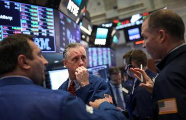 Operadores y profesionales financieros trabajando en la bolsa de acciones de Nueva York.
