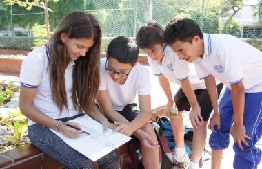 Estudiantes del colegio Marymount durante una actividad académica.