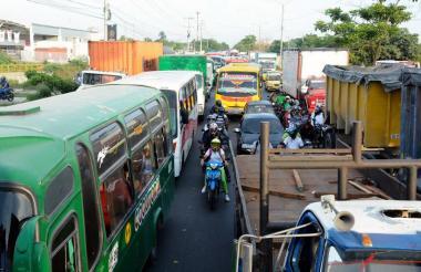 Buses, camiones, motos y automóviles generan congestión en la calle 30.