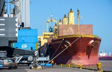 Una embarcación descarga mercancía en un muelle del Puerto de Barranquilla.