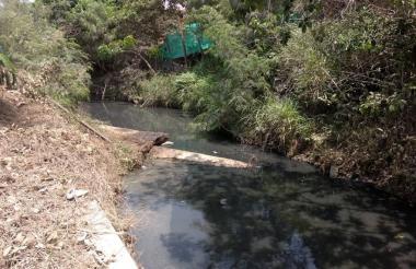 Aspecto del canal Policarpa Uno (Cartagena), donde se presenta el vertimiento del combustible.