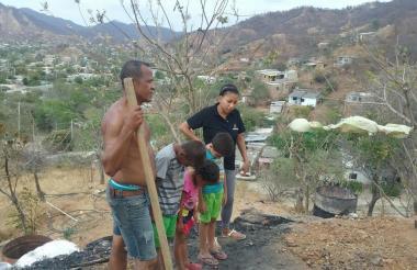 La familia que quedó damnificada, tras el incendio.