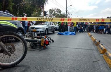 La víctima cayó al suelo tras el fuerte impacto perdiendo la vida de manera instantánea.