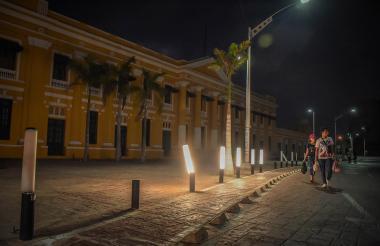 Aspecto de la zona externa de la Aduana con las luminarias dañadas.