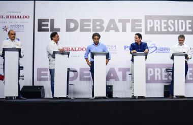 Los cinco candidatos presidenciales en tarima cuando se desarrollaba el debate en la Uninorte.