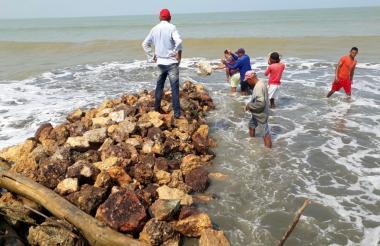 La misma comunidad está tratando de contener la fuerza del mar, que ha desaparecido ya un barrio.