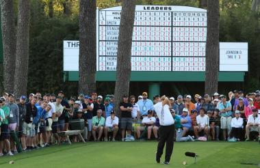 Patrick Redd realiza un swing ante la mirada del público.