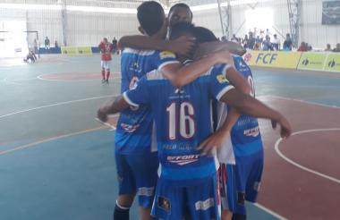 Jugadores del equipo Independiente Barranquilla celebrando uno de los goles.
