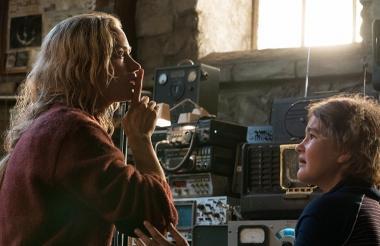 Emily Blunt y Millicent Simmonds en una escena.