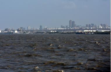 Canal de acceso al Puerto de Barranquilla, visto desde el barrio Las Flores.