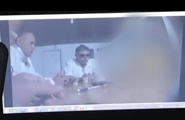 Esta es la imagen, tomada por un agente que estaba infiltrado por la DEA, en la que se observa a Jesús Santrich reunido con supuestos miembros del Cartel de Sinaloa en su casa, el 8 de febrero.