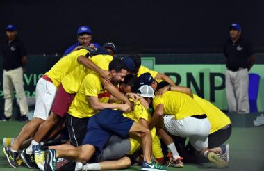 Los jugadores de la selección Colombia festejan el triunfo de Alejandro González sobre Joao Pedro Sorgi.