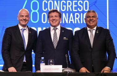 Presidente de la FIFA, Gianni Infantino, junto con el presidente de la Conmebol, Alejandro Domínguez y el presidente de la Asociación de Fútbol Argentino, Claudio Tapia.