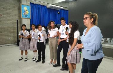 La ministra dictando la charla a los estudiantes.