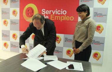 La directora del Servicio Público de Empleo, Isabel Cristina De Ávila y el director de la Organización Internacional del Trabajo para los Países Andinos, Philippe Vanhuynegem.