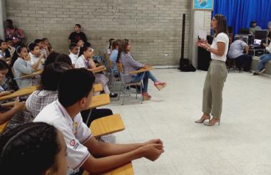 La ministra Yaneth Giha durante el encuentro con los estudiantes del Colegio Distrital El Campito.