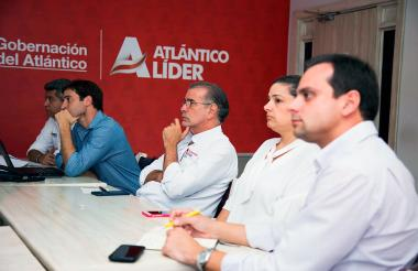 El gobernador Verano con el director de Cormagdalena, Alfredo Varela, representantes del sector privado Barranquilla y funcionarios del Instituto Nacional de Vías.