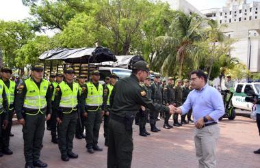 El coronel Gustavo Berdugo saluda al mandatario.
