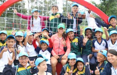 La tenista barranquillera María Fernanda Herazo compartiendo con niños en Bogotá.
