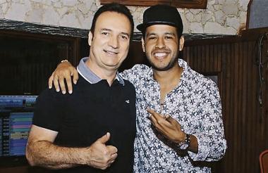 Guillermo Mazorra, gerente regional de Sony Music, al lado del fenecido cantautor Martín Elías Díaz.