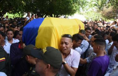 Escenas de dolor se vivieron en el sepelio del patrullero de la Policía.