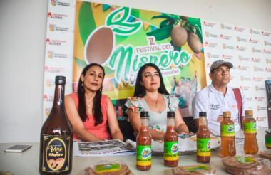 Melvis Martínez, Karol Cervantes y Jerson Blanco, en  la rueda de prensa de la Gobernación del Atlántico.