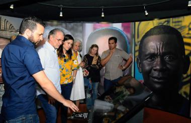 El gobernador Eduardo Verano; la secretaria de Cultura, María Teresa Fernández y la directora del Museo de Arte Moderno, María Eugenia Castro, durante la puesta al servicio de la nueva tecnología en la sala interactiva del Museo del Atlántico.