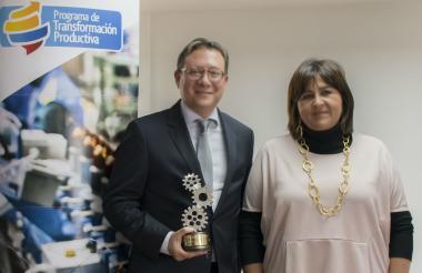 Lelio Sotomonte, presidente de Atlántic International BPO, y la ministra de Comercio, María Lorena Gutiérrez.