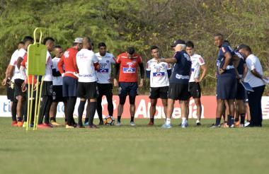 Los jugadores sostuvieron una breve charla con el técnico Julio Comesaña.