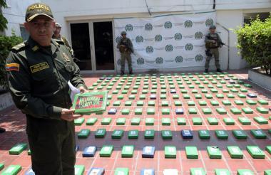 El general Herman Bustamante, director de la Regional 8 de Policía, muestra parte de la droga incautada.