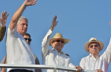 Los líderes cubanos Miguel Díaz-Canel (Izq.), Raúl Castro (c) y  José Machado (der).