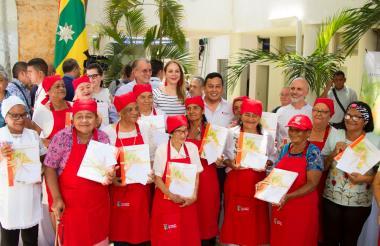 Adultos mayores que participaron con sus recetas en el libro junto al gobernador Eduardo Verano.
