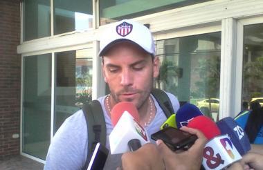 Sebastián Viera atendiendo a los medios de comunicación al salir del aeropuerto donde concentra Junior rumbo al aeropuerto.
