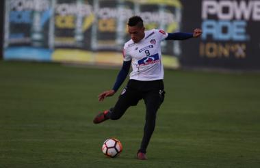 El uruguayo Jonatan Álvez durante la práctica de ayer en la Videna, sede de la selección de Perú.