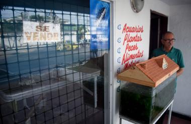 """Carlos Mercado tiene 40 años de ser comerciante en el sector, dice que la ampliación """"es su ruina""""."""