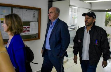 Fiscal y juez de la Audiencia Nacional de España, Ana Cuenca y Manuel García Castellón, respectivamente, en compañía de un agente del CTI de la Fiscalía de Colombia, durante su visita en la Alcaldía.