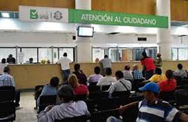 Contribuyentes, en el primer piso de la Alcaldía.
