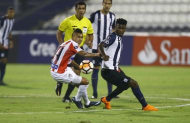 Cantillo intenta controlar el balón frente a un rival.