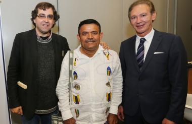 El ganador José Cantillo (centro), el poeta y jurado Carlos J. Aldazabal y el presidente de Factoring Servimos, Carlos Eduardo Gutiérrez.