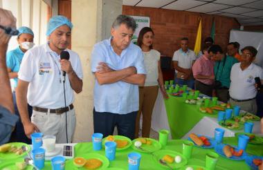 Édgar Martínez, de brazos cruzados, en una reunión sobre el PAE en 2017.