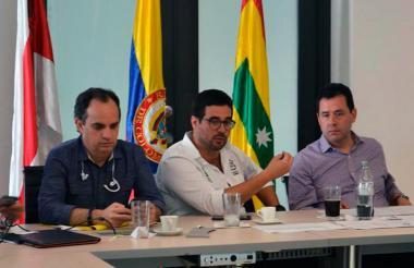 El secretario del Interior del Departamento, Guillermo Polo; el secretario de Gobierno del Distrito, Clemente Fajardo, y el gerente de Migración, Felipe Muñoz, en reunión cumplida en Barranquilla.