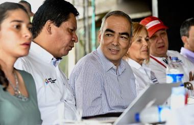 Rodrigo Rivera (centro), alto consejero para la Paz.